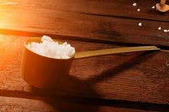 Seesalz in einem Löffel auf einem schönen Hintergrund stockfoto