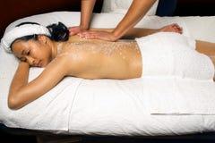 Seesalz scheuern Massage-Behandlung in einer Badekurorteinstellung. Lizenzfreie Stockfotos