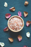 Seesalz und Blumenblätter von Trockenblumen stockfoto
