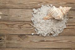 Seesalz und -oberteil auf einem Holz Stockfotos