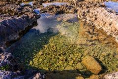 Seesalzwasser auf dem Ufer Lizenzfreie Stockfotos