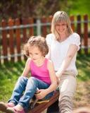Seesaw γύρου μητέρων και κορών από κοινού Στοκ Εικόνες