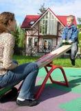 seesaw μητέρων παιδιών Στοκ Φωτογραφίες