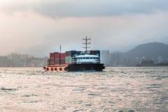Seeschiff der großen Fracht in Victoria Harbor, Hong Kong bei Sonnenuntergang Geschäft logistisch, Export, Importkonzept in Südos lizenzfreie stockfotografie