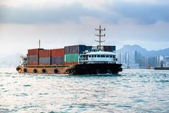 Seeschiff der großen Fracht in Victoria Harbor, Hong Kong bei Sonnenuntergang Geschäft logistisch, Export, Importkonzept in Südos lizenzfreies stockbild