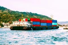 Seeschiff der großen Fracht in Victoria Harbor, Hong Kong bei Sonnenuntergang Geschäft logistisch, Export, Importkonzept in Südos stockfotografie