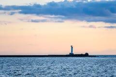 Seeschiffe auf dem Horizont im Sonnenuntergang Stockbilder