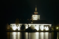 Seeschloß Ort (Seeschloss Ort) nachts. lizenzfreie stockfotos