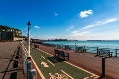Seeseite von Dover mit Zyklus und Fußgängerweg am Ufer lizenzfreies stockbild