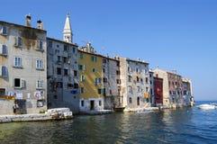 Seeseiten-Häuser, Rovinj, Kroatien lizenzfreie stockbilder