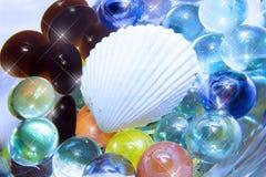 Seeshell und Glaskorne lizenzfreie stockfotos