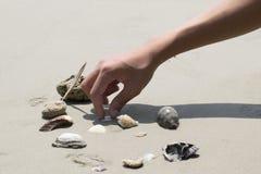 Seeshells auf Sand Volleyballkugel auf leerem schönem Strand Beschneidungspfad eingeschlossen Lizenzfreie Stockfotos