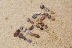 Seeshells auf Sand Volleyballkugel auf leerem schönem Strand Draufsicht Thailand Stockbilder