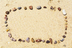 Seeshells auf Sand Volleyballkugel auf leerem schönem Strand Draufsicht Thailand Stockfotos