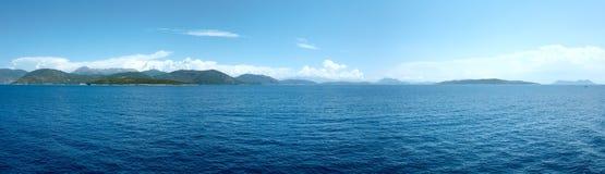 Seesommer-Küstenlinienansicht von der Fähre (Griechenland) Panorama Stockfotografie