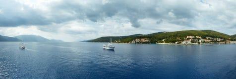 Seesommer-Küstenlinienpanorama (Griechenland) Stockfotografie