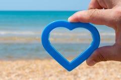 Seesommersonnen-Strandherz spielt Liebesferien lizenzfreie stockfotos