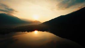 Seesonnenuntergangansicht Magische Stunde goldener Dämmerungshimmel Schattenbild des kauernden Geschäftsmannes stockbild