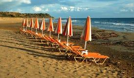 Seestühle auf dem Strand Stockfoto