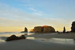 Seestapel auf Bandon setzen bei Sonnenaufgang, Oregon auf den Strand Stockfotografie