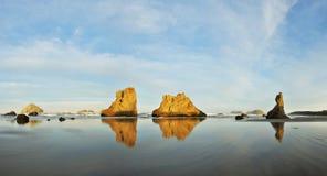 Seestapel auf Bandon setzen bei Sonnenaufgang, Oregon-Küste auf den Strand Stockbilder