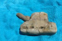 Seesteine in Form eines Behälters, der auf einem blauen Tuch liegt Stockfotografie