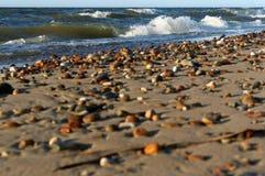 Seesteine im Sand, in der Seeküste mit Steinen und im Sand Lizenzfreies Stockfoto