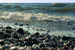 Seesteine im Sand, in der Seeküste mit Steinen und im Sand Lizenzfreies Stockbild