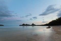 Seestrand auf Sonnenuntergang Lizenzfreies Stockfoto