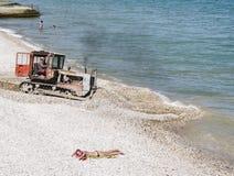 Seestrand mit einem Traktor Feodosia krim Stockfotografie