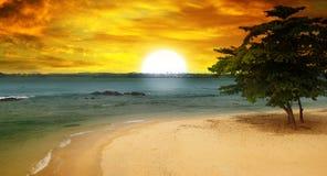 Seestrand und ein fantastischer Sonnenuntergang Stockfotos
