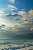 Seestrand und schöner Himmel stockbild