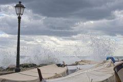 Seesturm auf Genua-pictoresque boccadasse Dorf Stockbilder