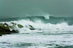 Seesturm bewegt drastisch zusammenstoßen und spritzen gegen Felsen wellenartig Stockfoto