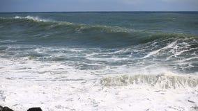 Seesturm, enorme Wellen des Schäumens sind gegen Steinstrand defekt stock footage