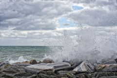 Seesturmsturm auf den Felsen Lizenzfreies Stockfoto