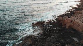 Seesturmwellen schlugen die großen Steine und schufen weißen Schaum und das Spritzen stock video