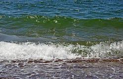 Seeszene mit den Meereswellen, die auf das Ufer zusammenstoßen lizenzfreies stockfoto