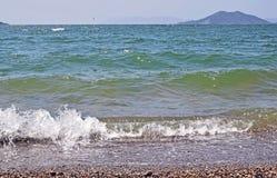 Seeszene mit den Meereswellen, die auf das Ufer zusammenstoßen lizenzfreie stockfotografie