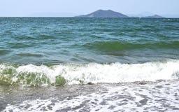 Seeszene mit den Meereswellen, die auf das Ufer zusammenstoßen lizenzfreie stockfotos