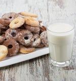 Seet mjölkar nya kakor med en kopp av Royaltyfria Foton