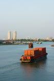 Seetransport durch das Beladen des Behälters auf Fluss Lizenzfreies Stockfoto