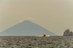 Seetyrrhenischer Fährenfelsen und Vulkan stromboli stockfoto