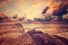 Seeufer bei Sonnenuntergang. Sommer-Strand-Hintergrund. Stockbild