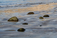 Seeufer im ruhigen sonnigen Wetter stockfotografie