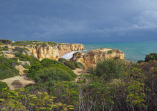 Seeufer mit schöne Sandsteinklippen grünem vagetation Stockfotos