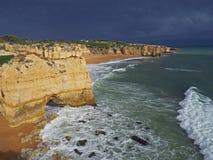 Seeufer mit schönen Strandfelsen und Sandsteinklippen und -dr. Stockfotografie