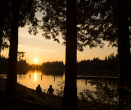 Seeufer-Sonnenuntergang Lizenzfreie Stockfotos