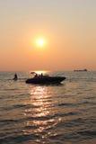 Seeufer-Sonnenuntergang-Familien-Schattenbild Stockbild