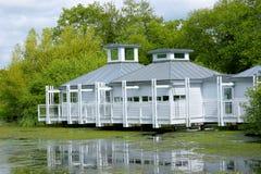Seeufer-Wohnsitz am Sommer Stockbild